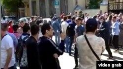 Таджикские мигранты стоят в очереди у посольства РТ в Москве.