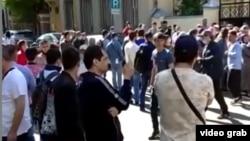 Навбатпоии муҳоҷирон барои номнавис кардан дар сафорати Тоҷикистон дар Маскав. Моҳи июли 2020