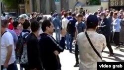 Таджикские мигранты стоят в очереди у посольства РТ в Москве, чтобы попасть в список вывозных рейсов