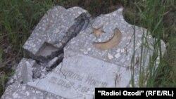 Разрушенный надгробный памятник на кладбище в Бохтарском районе Таджикистана.