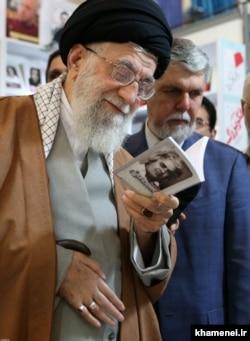 بازدید رهبر جمهوری اسلامی از نمایشگاه کتاب تهران در سال ۹۸