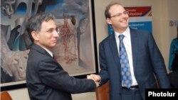 Armenia -- Minister of Economy Tigran Davtian (L) and IFC Caucasus Regional Director Thomas Lubeck sign an agreement in Yerevan, 8Feb2012.