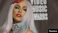 Леди Гага ҳангоми гирифтани ҳашт ҷоизаи соли 2010-и MTV Video Music дар Лос Анҷелес.