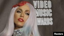Lady Gaga 2010 yil MTV Music Awards tadbiriga go'shtga o'xshaydigan matohdan yasalgan kiyimda kelgan edi.