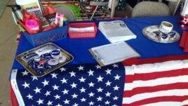 Для всех посетителей предвыборных штабов сотрудниками готовятся специальные столы с сувенирной продукцией, агитирующей за их кандидатов.