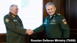 Экс-министр обороны самопровозглашенной республики Абхазия Мираб Кишмария и министр обороны России Сергей Шойгу, архивное фото