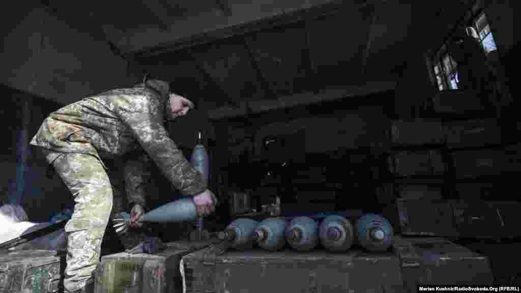 Те, кто сейчас не воюют – чистят боевые снаряды, чтобы в любой момент можно было отбить атаку врага