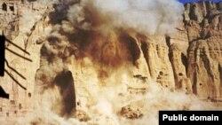 لحظه تخریب تندیس بودا در ولایت بامیان