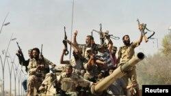 Ливийские повстанцы отмечают взятие Сирта, в котором прятался Муаммар Каддафи, 20 октября 2011 года.