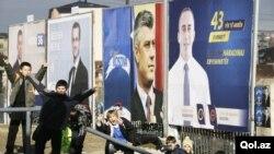 Posterët e liderëve të disa partive në Kosovë gjatë fushatës parazgjedhore