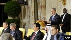 """АКШ президенти Жорж Буш """"жыйырманын"""" лидерлеринин Ак үйдөгү расмий түштөнүүсү учурунда сөз сүйлөөдө. 14-ноябрь, 2008"""