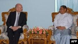 Уильям Һейг Мьянма тышкы эшләр министры Вунна Маун Лвин белән сөйләшә.