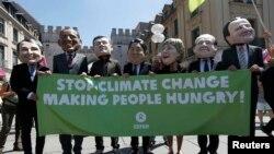 Активісти у масках, що зображають лідерів країн «Групи семи», на протесті у Мюнхені, 3 червня 2015 року