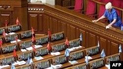 Трижды распущенный Ющенко парламент продолжает свою работу