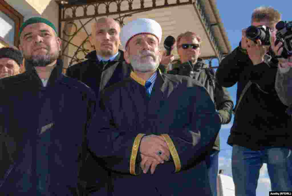 Crimea's chief mufti Amirali Ablayev (center) leading the memorial service