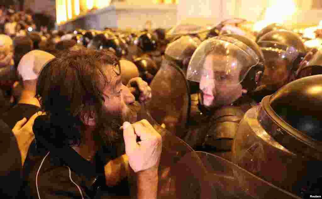 Полиция дважды попыталась разогнать протестующих слезоточивым газом. Также, как сообщает телеканал «Рустави 2», по протестующим стреляли резиновыми пулями