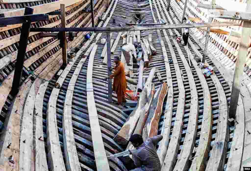 کارگاه لنجسازی در بندر کنگ.