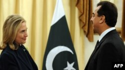 Архивска фотографија: Американската државна секретарка Хилари Клинтон и пакистанскиот премиер Јусуф Раза Гилани на средба во Исламабад.
