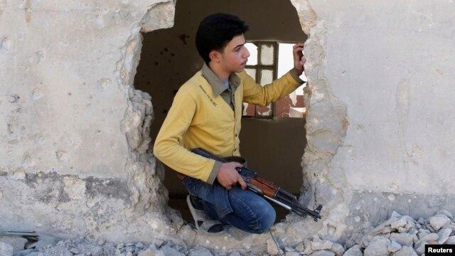 یک شورشی «ارتش آزاد سوریه»؛ این گروه هم درگیر نبرد با بشار اسد است و هم درگیریهای با گروههای اسلامگرا داشته است