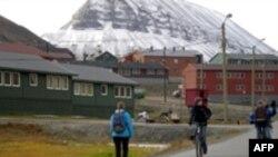 مجمع الجزاير سوالبارد، سرزمينی خشن و سرد، آخرين ايستگاه قبل از رسيدن به سرزمين پر از برف و يخبندان قطب شمال است که امروزه به پناهگاه مردمانی از ۳۰ کشور جهان بدل شده است.