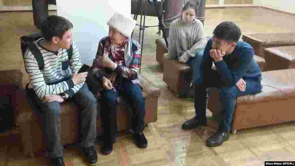 """На показ пригласили журналистку, писательницу, исследовательницу темы репрессий Екатерину Кузнецову. – Тема Карлага, к сожалению, на сегодня у нас в Караганде не популярна. Не создается исторически объективная картина того, что пережил Казахстан в те страшные 1930-е годы. Поэтому работа, которая ведется университетом """"Болашак"""", втройне полезна и важна. В эту работу надо включать как можно больше молодежи, потому что без ее участия эта работа теряет свое наполнение. Для понимания прошлого нужно учиться, читать, думать и сомневаться. Я думаю, эта выставка подтолкнет интерес к своим семьям, и вам захочется узнать у еще живых дедушек и бабушек, как они и их семьи оказались в Караганде, – сказала Екатерина Кузнецова."""