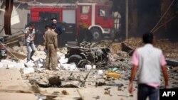 عناصر أمن ورجال إنقاذ يتفحصون موقع إنفجار في كربلاء
