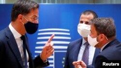 """Нидерландският премиер Марк Рюте - непримиримият водач на """"спестовниците"""" говори с люксембургския премиер Ксавие Бетел"""