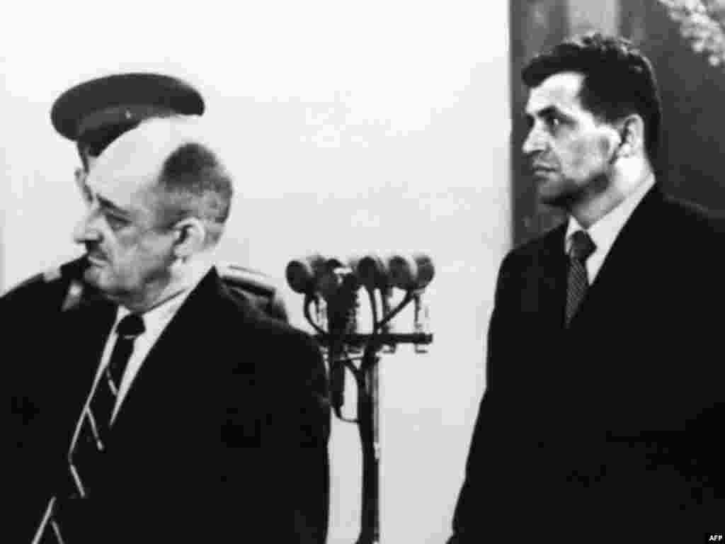 Пауерс (праворуч) слухає вирок, який зачитують 20 серпня 1960 року. Пауерс визнав себе винним і був засуджений. Він був засуджений до 10 років позбавлення волі і повинен був відбувати перші три роки у в'язниці, а решту – в трудовому таборі