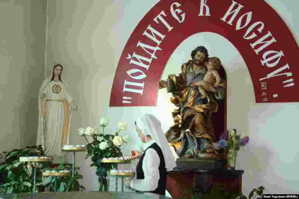 Подготовка к утренней воскресной пасхальной мессе в Католическом Кафедральном соборе Пресвятой Троицы. Алматы, 31 марта 2013 года.