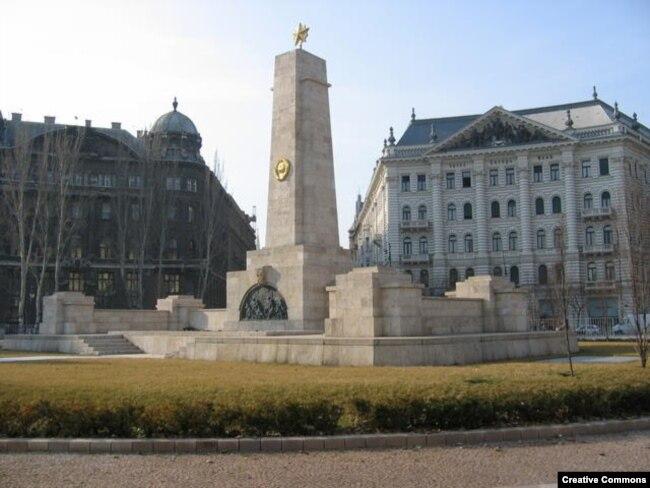 Памятник советским солдатам, возведенный при социализме, стоит в Будапеште на той же площади, что и памятник жертвам нацистской оккупации