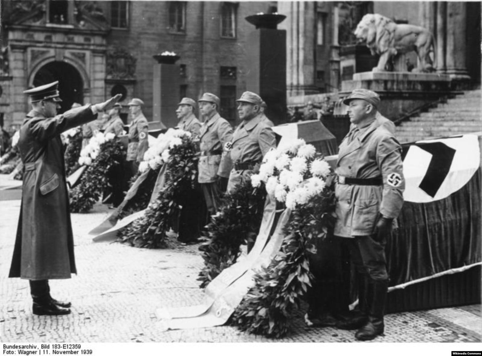 Адольф Гитлер команда берүүдө.