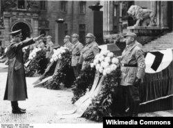Adolf Hitler ona edilən sui-qəsddə ölənlərin dəfni mərasimində iştirak edir.