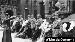 Адольф Гитлер команда берүүдө