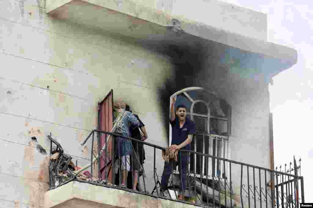 Yemenin Sənaa şəhəri, hava zərbələrindən sonra evi dağılmış sakinin həyəcanı 8 aprel 2015. (Reuters/Khaled Abdullah)
