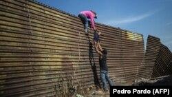 Migranti koji na putu ka SAD prođu kroz neku drugu zemlju - u ovom slučaju Meksiko - neće moći da dobiju azil (Fotografija sa granice SAD i Meksika, novembar 2018)