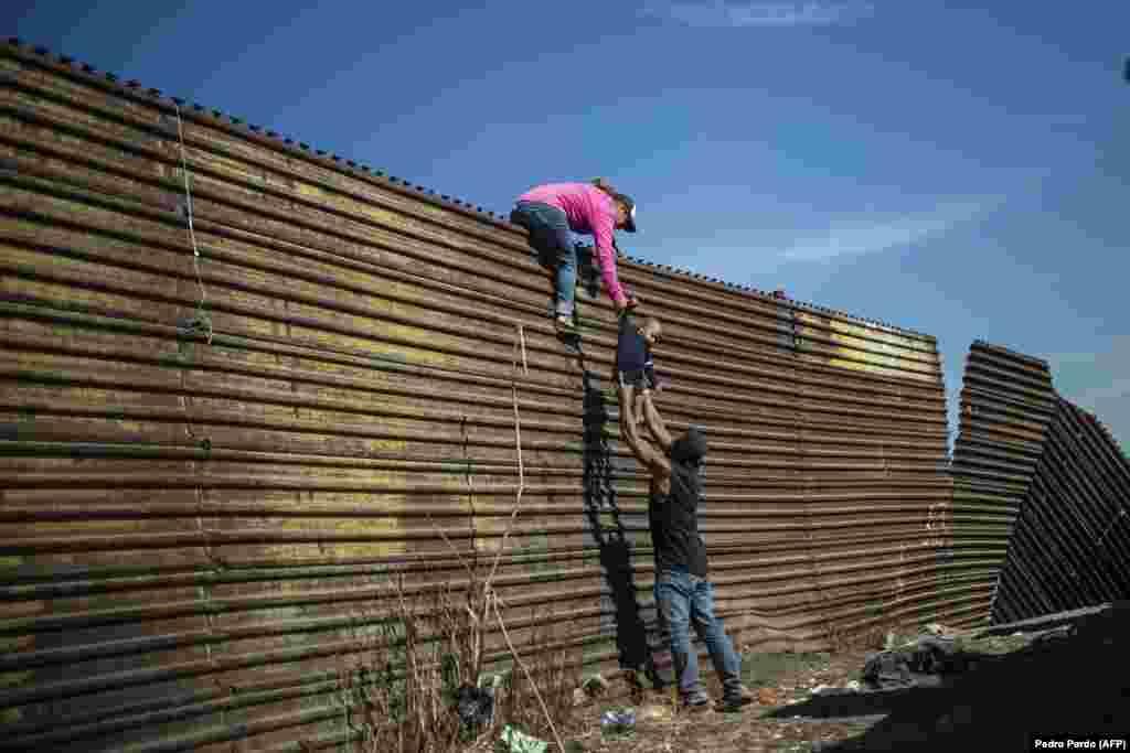 САД - Врховниот американски суд го одобри новиот Закон за мигранти на претседателот Доналд Трамп, со кој, меѓу другото, ќе се намалат молбите за азил на американско-мексиканската граница, објави Ројтерс.