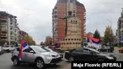 Mahanje zastavom Srbije na trgu u Severnoj Mitrovici