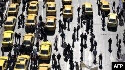 таксистите го блокираат центарот на Атина