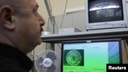 Техничар во Меѓународната агенција за атомска енергија ги следи радиоактивните траги во атмосферата во Европа.