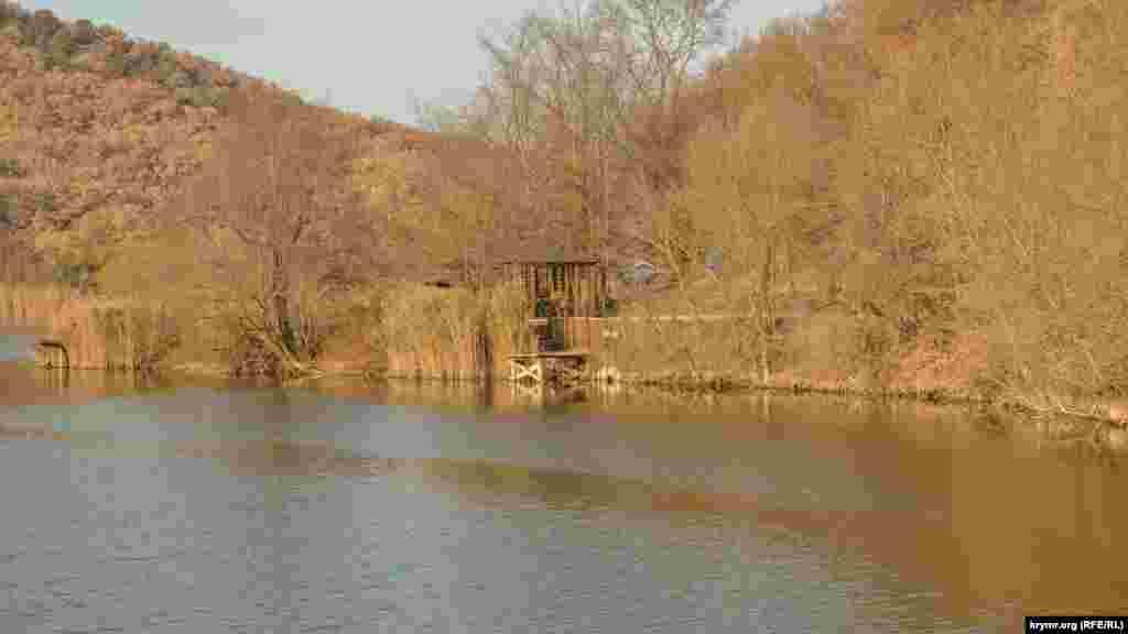 Вокруг озера расположены несколько маленьких крытых беседок для семейного отдыха