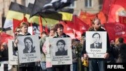 Активисты левых организаций вспоминают защитников Верховного Совета как героев
