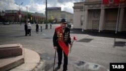 Ветеран Второй мировой войны идет в центре Москвы. 9 мая 2011 года.