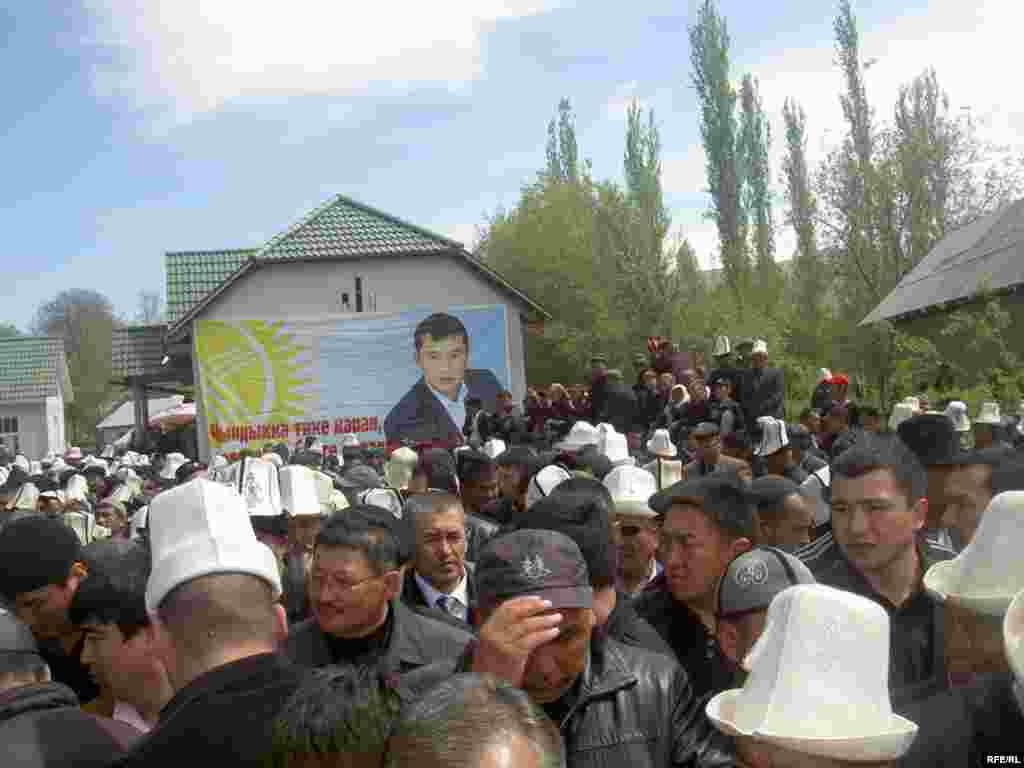 Санжар Кадыралиевдин тажыясы Өзгөндүн Кызыл-Сеңир айылындагы өзү туулуп-өскөн үйдө өттү - Kyrgyzstan -- Funeral the deputy of parliament Sanjar Kadyraliev, Village Kyzyl-Senir Uzgen district,16april2009