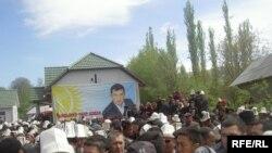 Депутат Санжар Кадыралиевдин сөөгү анын туулган жерине Өзгөндүн Кызыл-Сеңир айылына коюлду