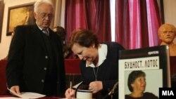 """Поетесата Весна Ацевска ја доби наградата за поезија """"Ацо Шопов"""" за стихозбирката """"Будност.Лотос"""", на конкурсот што за изданија објавени во 2012 година го распиша Друштвото на писателите на Македонија."""