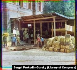 Munkások készítik elő Borjomi szénsavas, enyhén sós ásványvizét a szállításra.