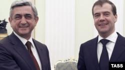 Президент Армении Серж Саргсян (слева) и президент России Дмитрий Медведев