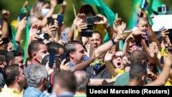 Președintele Jair Bolsonaro printre simpatizanții săi