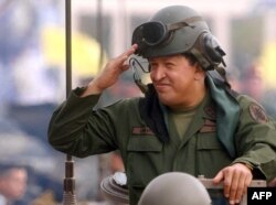 Один из многочисленных военных парадов в Каракасе прошлых лет
