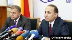 Премьер-министр Армении Овик Абрармян (справа) и новоназначенный министр охраны природы Арамаис Григорян (слева), Ереван, 3 мая 2014 г.